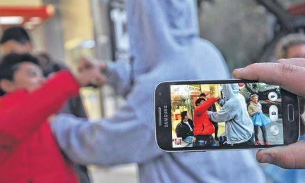 Violencia entre jóvenes a la salida de la escuela
