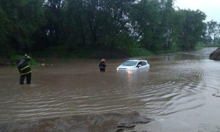 Calles inundadas – vehículo que tuvo que ser rescatado