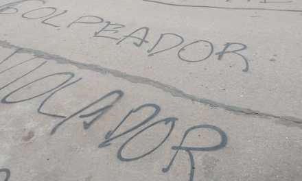 Pintadas frente al domicilio de Pérez