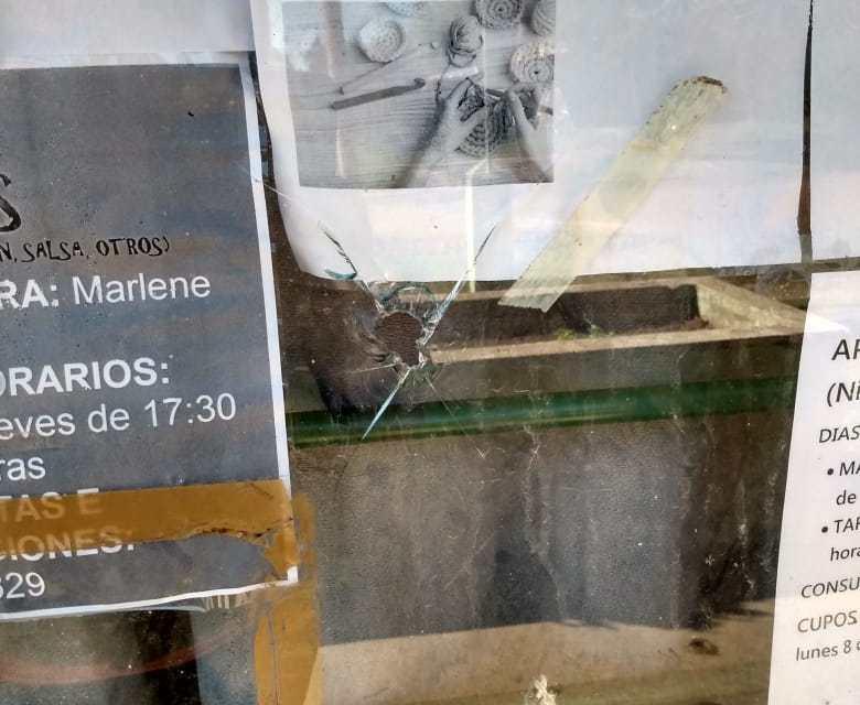ROMPEN UN VIDRIO EN EL SALÓN DEL SUM DE B° ARGENTINO