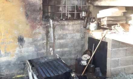 Principio de incendio de una vivienda en Barrio Argentino
