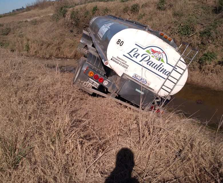 Ucacha: Vuelco de camión en un canal