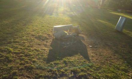 Rompieron el banco del parque