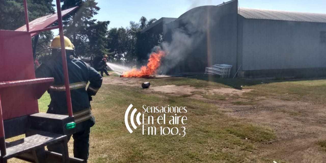 Incendio en una batea con pintura en un predio en zona rural