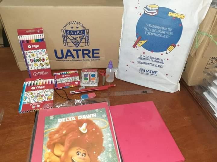 UATRE entrega kit de útiles escolares y guardapolvos