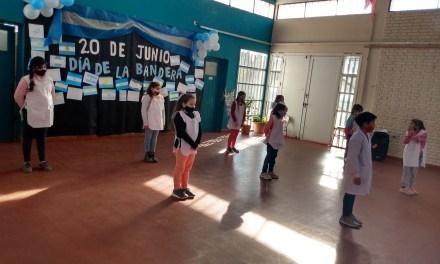 Promesa de lealtad a la Bandera por alumnos de 4° grado de la escuela José María Paz