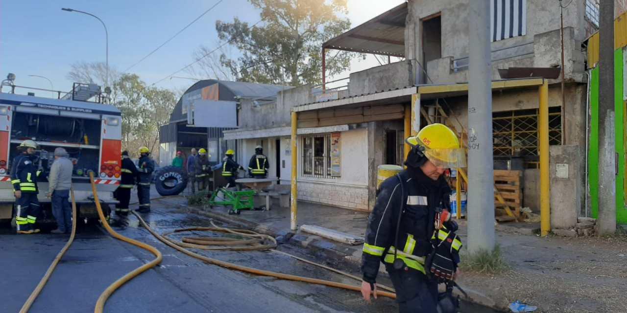 Incendio de una vivienda sobre la ruta en acceso sur