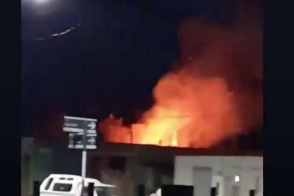Incendio de cañaveral en el patio de una vivienda