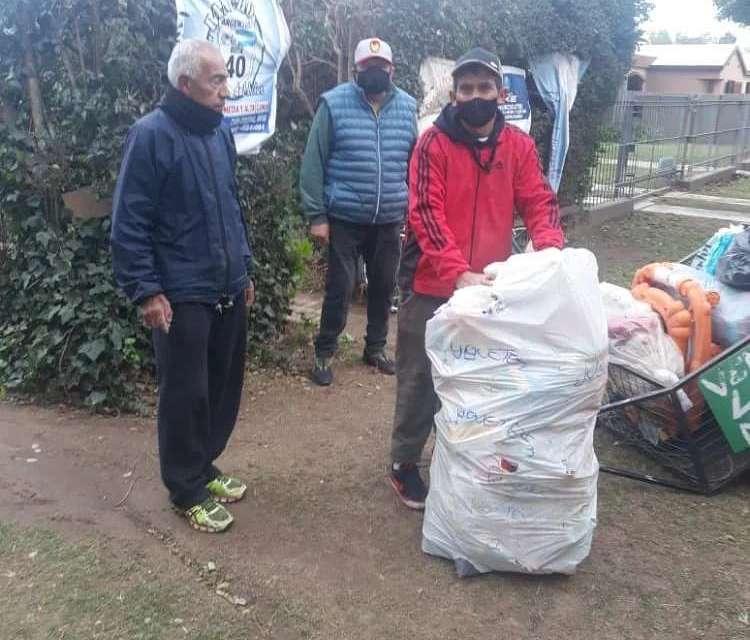 Cabrera Solidaria ayudando a Ramoncito con ropa y colchones