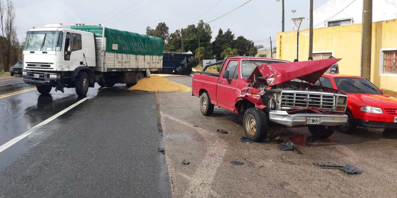 Chucul: colisión y vuelco de acoplado de camión