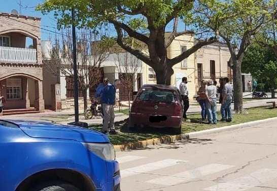 Accidente simple – un vehículo terminó sobre el cantero del Boulevard