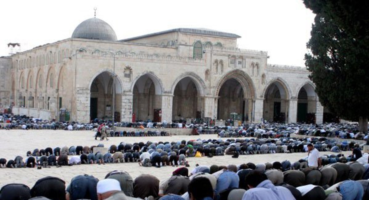 al-aqsa-mosque-worshippers-outsideNEWS
