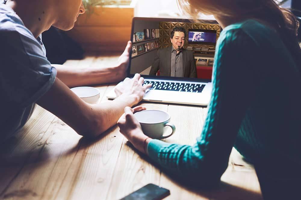 Noivos olhando computador notebook sendo atendidos online pelo fotógrafo do seu casamento
