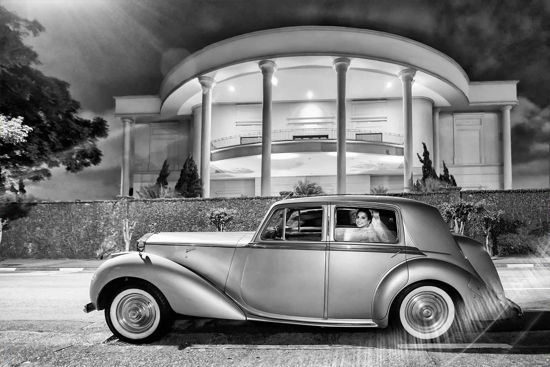 Noiva dentro do carro antigo na frente do buffet torres na noite de seu casamento