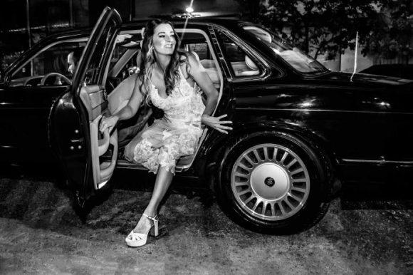 noiva_saindo_carro_vestido_curto_noite