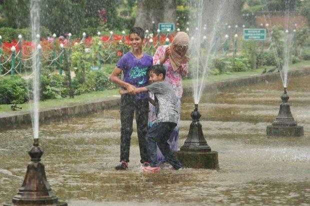 Bambini giocano nei giardini Moghul di Srinagar, Kashmir. Ph. Angelo Redaelli