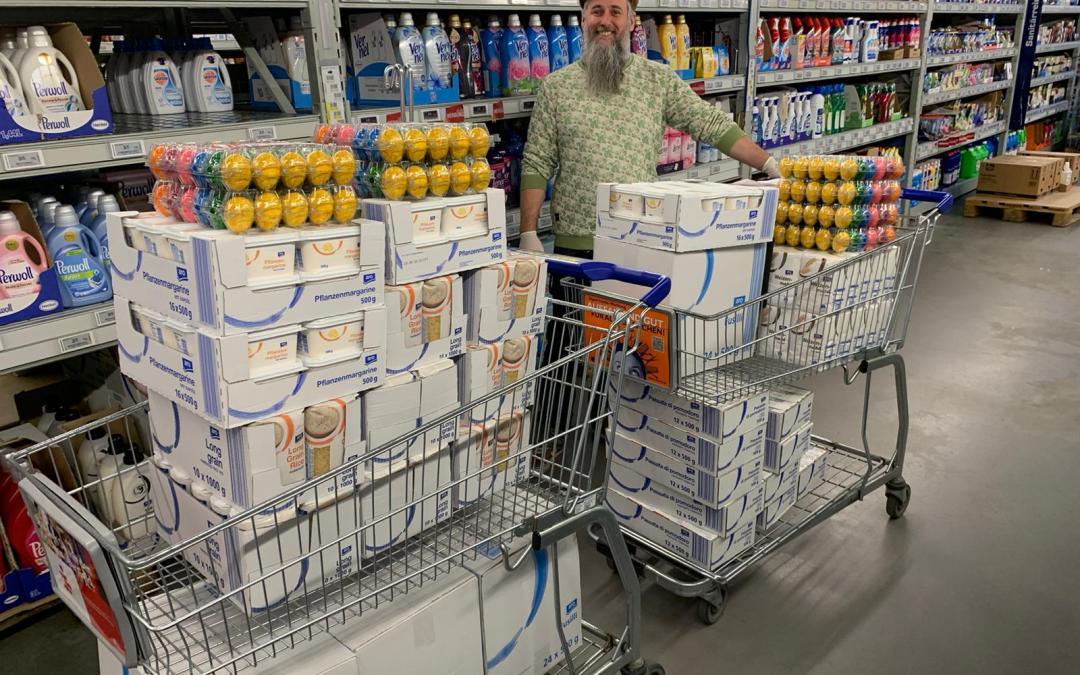 Verteilung von Lebensmitteltüten in Mundenheim-West