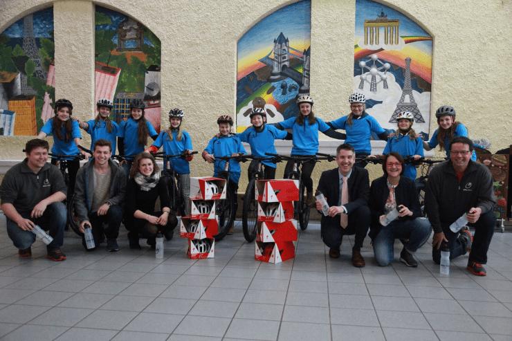 Die Schulmannschaft Triathlon mit Schulleiter Markus Höß und Betreuerin Evi Gaßner freuten sich über die neuen Bikes des Fördervereins, vertreten durch dessen Vorsitzende Elisabeth Krauth. Paul und Valentin Biller von der Firma Biller Bikes lieferten die Räder ans Comenius.
