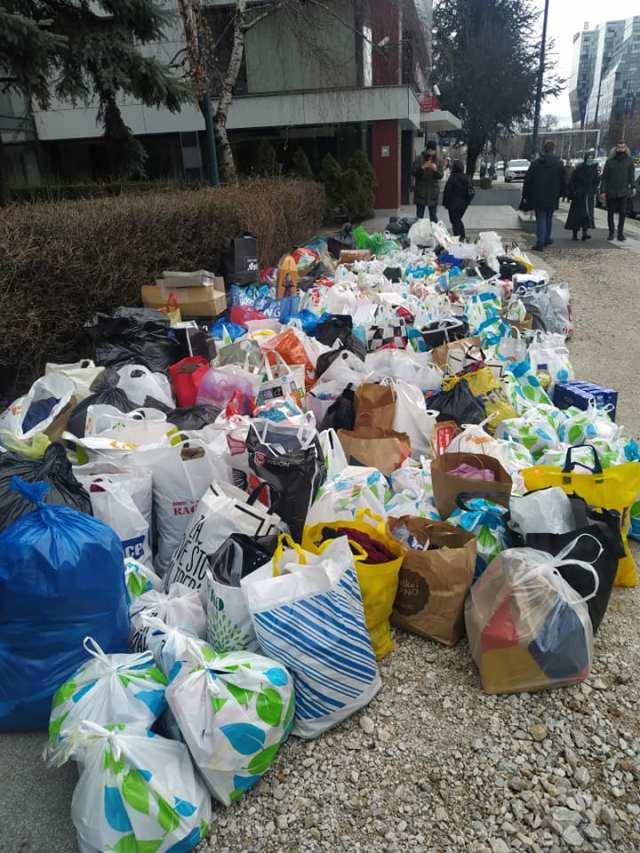 Brojne Sarajlije donijele su pomoć u hrani, odjeći obući i novcu za porodicu Stanković
