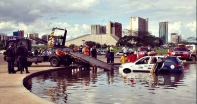 Viatura da PM cai em espelho d'água em Brasília (Foto: Divulgação/Agência Brasil)