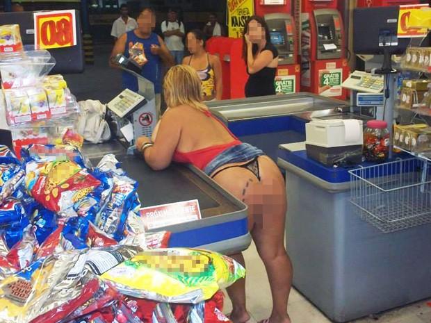 Sarah gosta de tirar fotos sensuais em locais públicos, como supermercados (Foto: Reprodução)