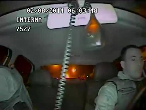 """Imagens divulgadas pela revista """"Veja"""" no último sábado (10) mostram o PM Márcio José Watterlor colocar o corpo para fora do carro e disparar nove vezes com seu fuzil contra o veículo onde a Haíssa e mais quatro amigos estavam, ao voltarem de um pagode."""