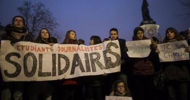 Pessoas se reúnem em silêncio no centro de Paris após o ataque por homens armados e mascarados na sede da revista Charly Hebdo, em Paris (Agência Lusa/EPA/Ian Langsdon - Todos Direitos Reservados)