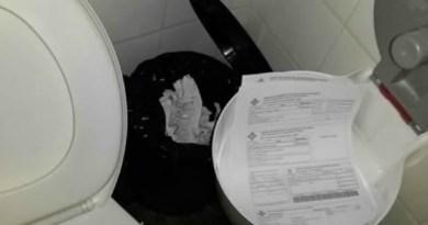 Rascunhos ocupam suporte para papel higiênico no banheiro masculino (Foto: Gazeta Central/Reprodução)