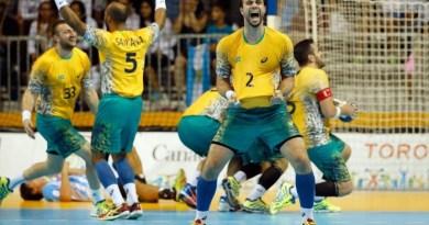 Jogadores brasileiros festejam o ouro no handebol - EZRA SHAW / AFP