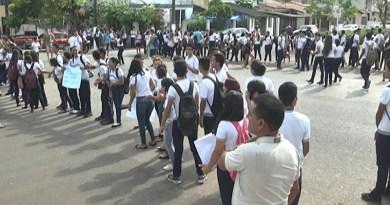 Estudantes foram para a rua protestar contra o calor e a proibição de usar até mesmo ventilador (Foto: Divulgação)