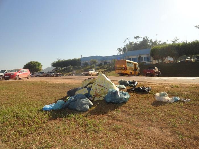 População joga lixo frente ao prédio da prefeitura