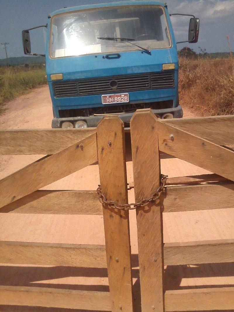 Portão Fechado impedindo caminhão entrar na propriedade