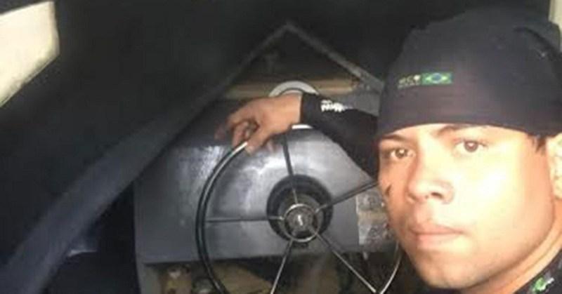 Agente da polícia faz as primeiras investigações e verifica o estado do equipamento (Foto: Divulgação/Polícia Civil)