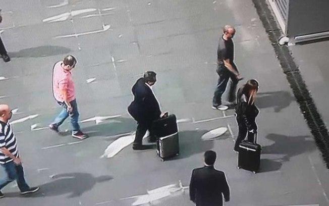 Reprodução Globonews João Santana e a esposa durante desembarque no Aeroporto de Cumbica, em Guarulhos