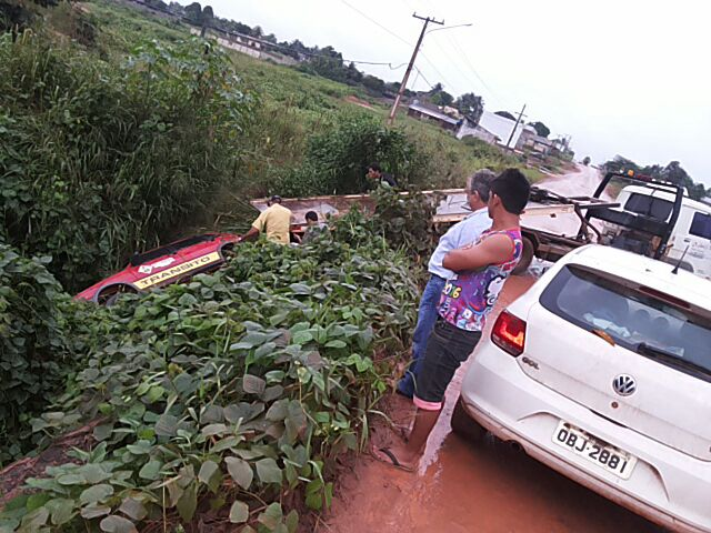 Avenida ficou tomada por populares (Foto WhatsApp)