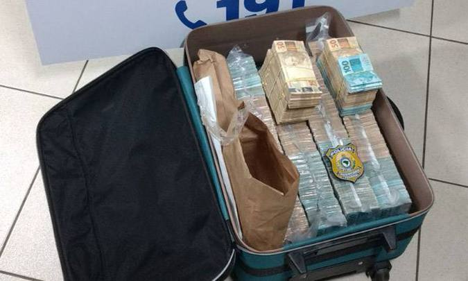 Dinheiro em espécie foi contabilizado e somou mais de R$ 1 milhão (foto: PRF/Divulgação)