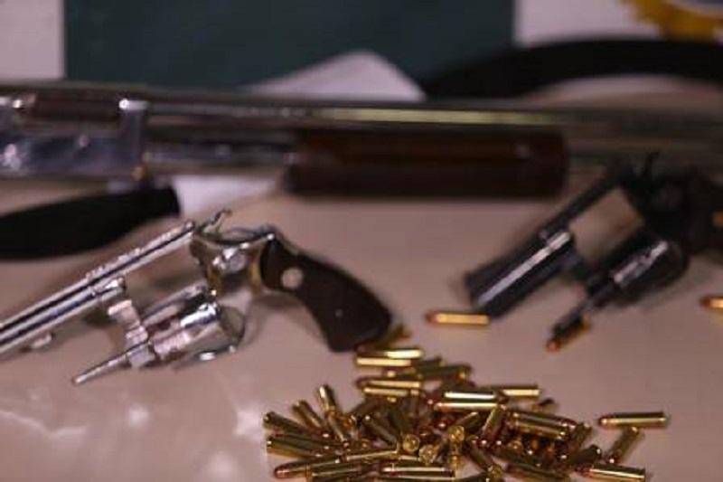 A quadrilha investiu um total de R$ 4,5 milhões na compra de 38 fuzis, 68 pistolas, cerca de 38 mil munições e 500 carregadores Foto: Fabiano Rocha / O Globo