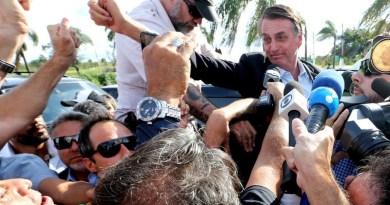 BRASILIA, 29/12/2018 - POLITICA - O presidente eleito Jair Bolsonaro chega a granja do torto e é recebido por varios motociclistas e sai do carro e acena para o grupo na tarde deste sabado  . FOTO ERNESTO RODRIGUES/ESTADAO.