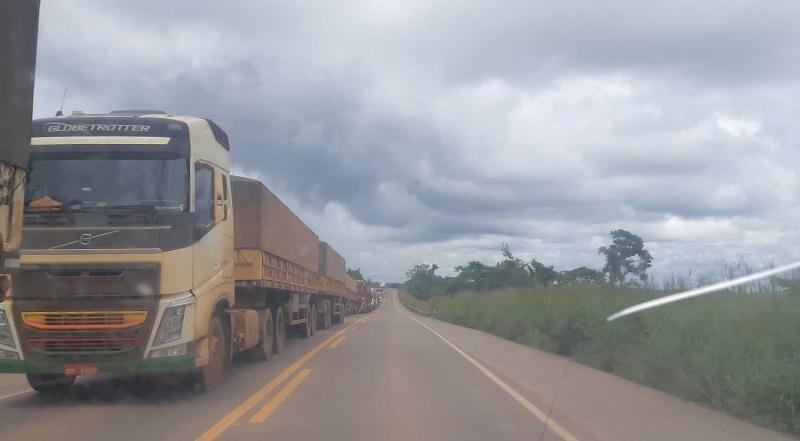 Fila de caminhões ultrapassou os 7 km na rodovia