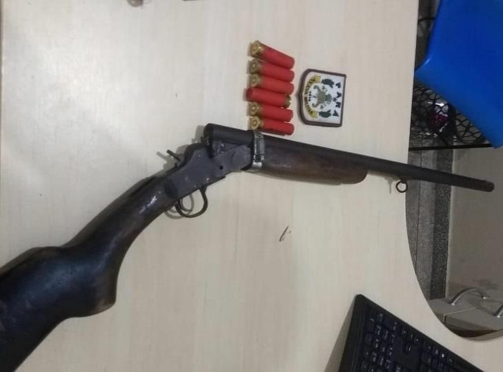 Espingarda usada para atirar na vitima(Foto:Divulgação policia)