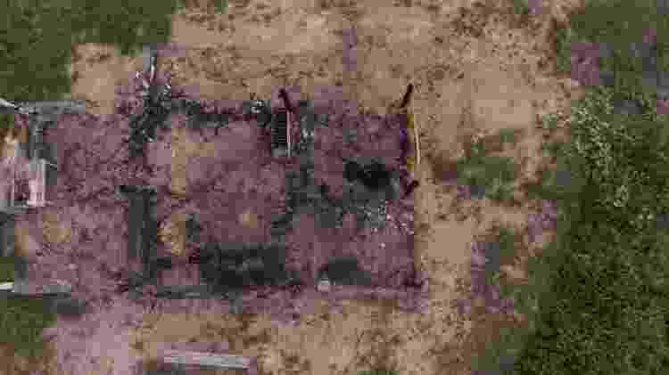 José Cícero da Silva/Agência Pública Restos de outra casa queimada na ocupação; moradores estão reconstruindo as casas no local Imagem: José Cícero da Silva/Agência Pública