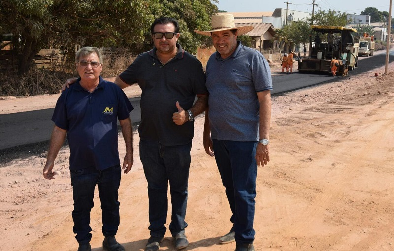 Prefeito Macarrão,Secretario de Obras José Lopes e encarregado da empresa JM.Foto:Wesley Samuel)