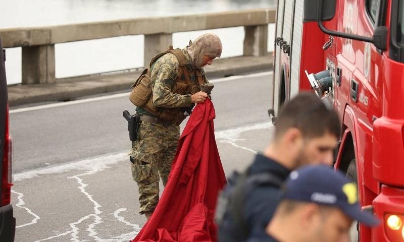 Sniper do Bope prepara manta vermelha para se camuflar em cima de veículo dos bombeiros Foto: Fabiano Rocha / Agência O Globo