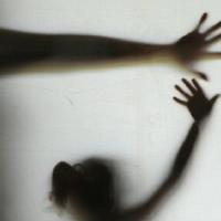 Mulher acende a luz do quarto e flagra o marido abusando sexualmente da filha de 5 anos