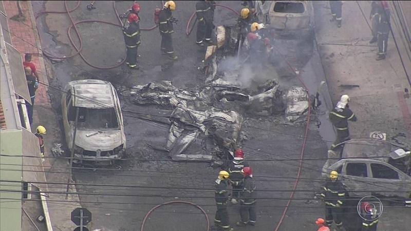 Fogo é apagado após queda de avião no Caiçara, em Belo Horizonte; três pessoas morreram — Foto: Raquel Freitas/G1