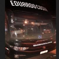 """Ônibus e carreta do cantor """"Eduardo Costa"""" são apedrejados em MT após cancelamento de show"""
