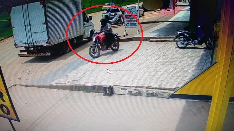um comparsa aguardava lado de fora com uma motocicleta.(Foto:Divulgação)