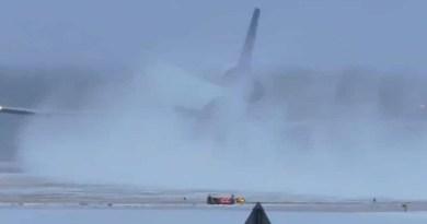 avião aterriza e desaparece em nuvem de neve
