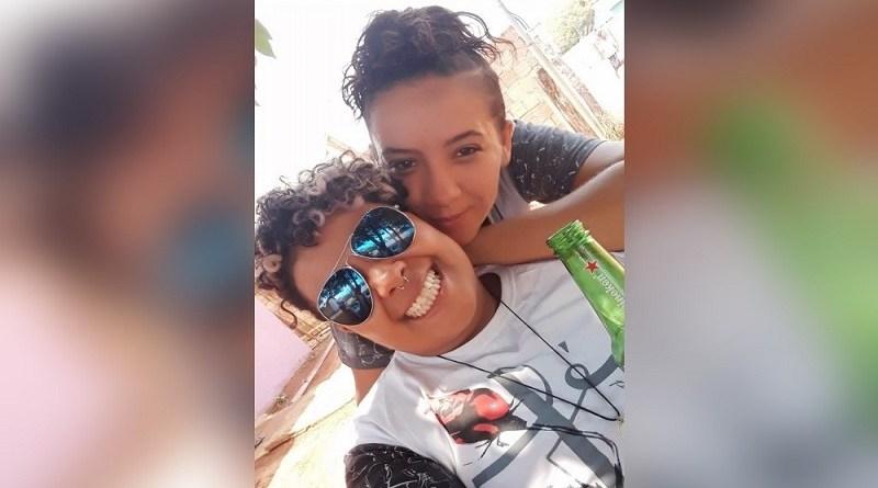 Michelle da Costa Lara, de 32 anos, (de óculos), é suspeita de matar Elizama Cristina Moreira, de 25 anos, — Foto: Facebook