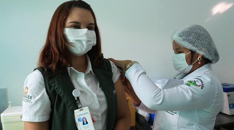 Roberta Lima- enfermeira, e a primeira vacinada do HMIB- Comunicação Pró-Saúde